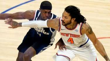 Knicks guard Derrick Rose, right, is defended by