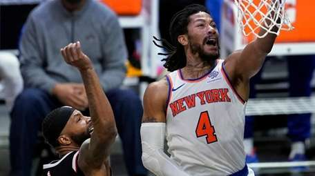 Knicks guard Derrick Rose scores past Clippers forward