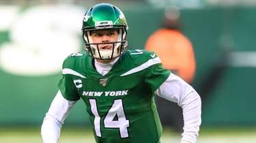 New York Jets quarterback Sam Darnold  scrambles