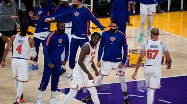 Knicks forward Julius Randle (30) celebrates with teammates