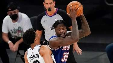 Knicks' Julius Randle (30) protects the ball from
