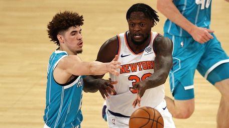 Julius Randle #30 of the Knicks passes under