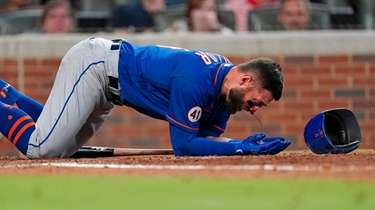 Mets centerfielder Kevin Pillar tries to get to