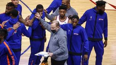 New York Knicks head coach Tom Thibodeau, center,
