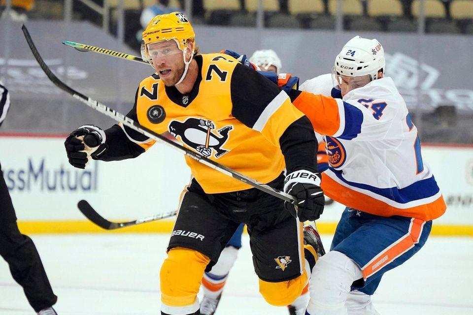 Pittsburgh Penguins' Jeff Carter (77) battles New York