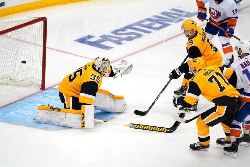 New York Islanders' Josh Bailey, far right, puts