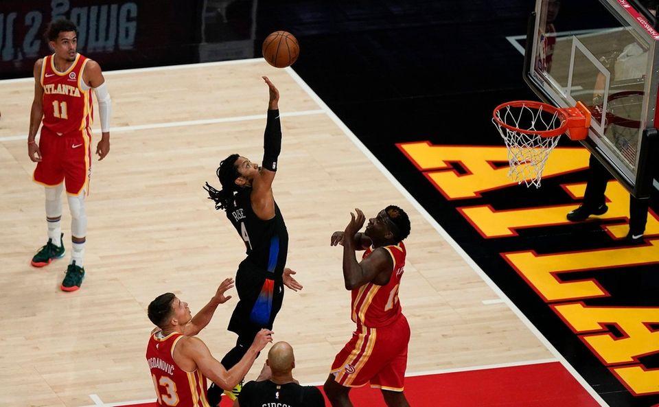 New York Knicks' Derrick Rose (4) shoots and