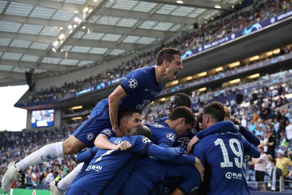 Chelsea's German midfielder Kai Havertz (C) is congratulated
