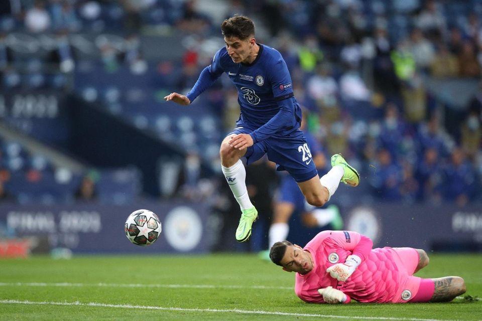 Chelsea's German midfielder Kai Havertz (L) scores a