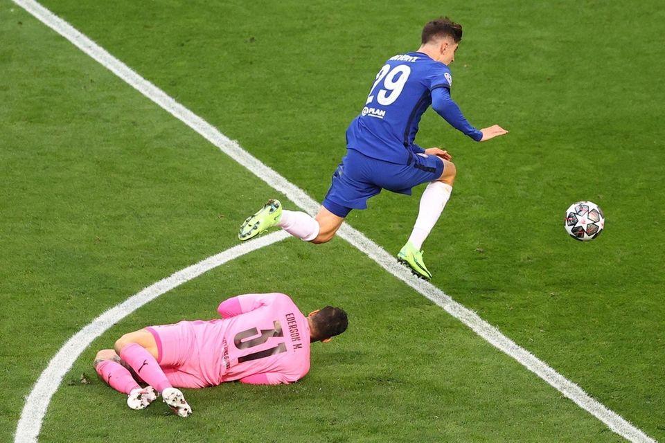Chelsea's German midfielder Kai Havertz (R) jumps over