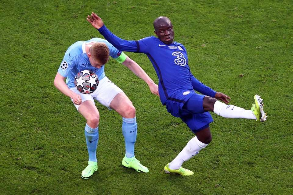Chelsea's French midfielder N'Golo Kante (R) vies for