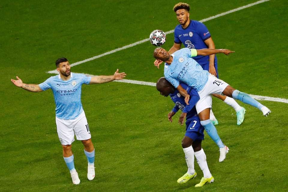 Manchester City's Brazilian midfielder Fernandinho (R) vies for