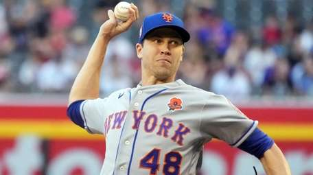 Mets pitcher Jacob deGrom throws against the Arizona
