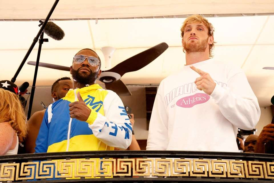 Floyd Mayweather (L) and Logan Paul face off