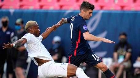 United States' Christian Pulisic (10) moves the ball