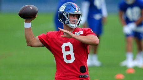 Giants quarterback Daniel Jones (8) drops back to