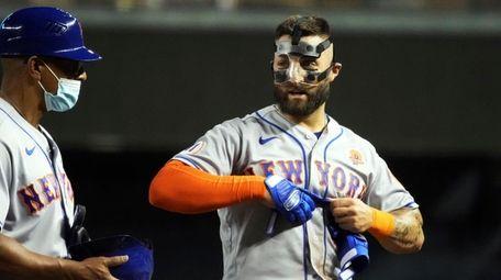 New York Mets left fielder Kevin Pillar, right,
