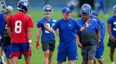 Giants offensive coordinator Jason Garrett (center) talks to
