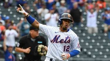 Mets shortstop Francisco Lindor points to the dugout