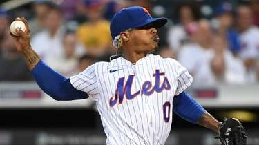 Mets starting pitcher Marcus Stroman delivers against the
