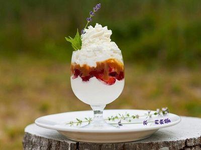 The strawberry cartwheel with mascarpone mousse, meringue, Dulce