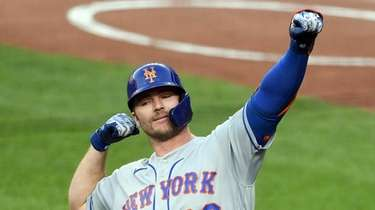 Pete Alonso #20 of the Mets celebrates a