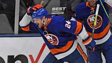 Islanders' Scott Mayfield scores the tying goal in