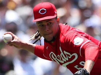 Cincinnati Reds starting pitcher Luis Castillo throws to