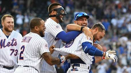 Mets' Michael Conforto is mobbed by teammates