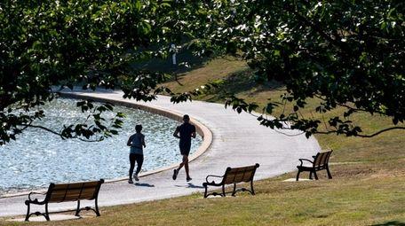 Runners endure the heat as run around Salisbury