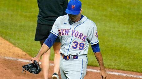 New York Mets relief pitcher Edwin Diaz walks