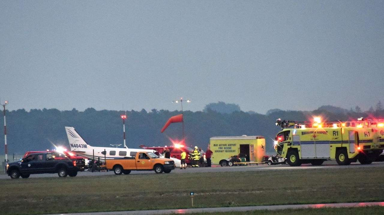 Officials: Twin-engine plane lands safely at MacArthur Airport after gear  issue | Newsday