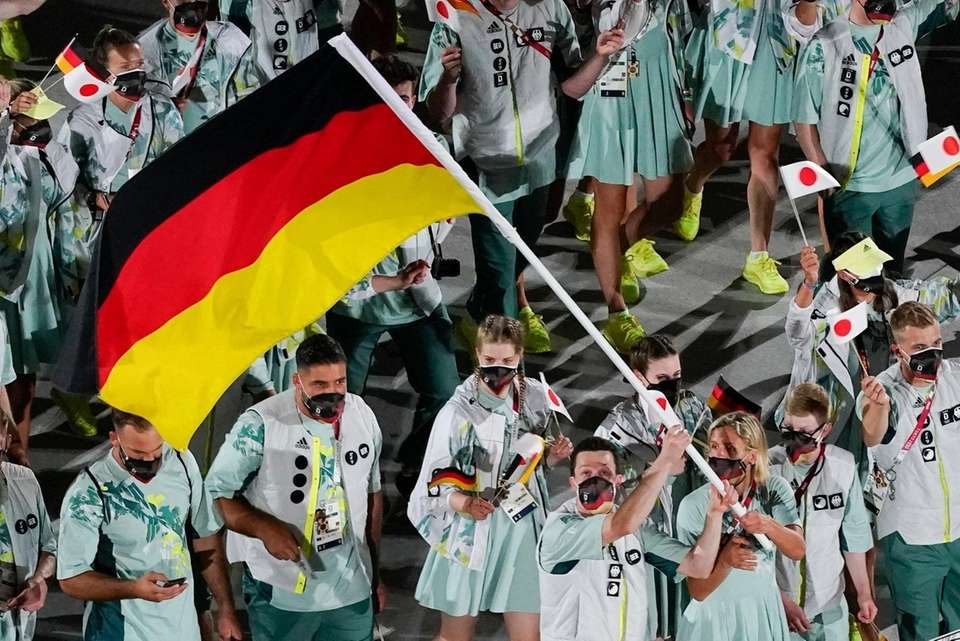 Laura Ludwig and Patrick Hausding, of Germany, carry
