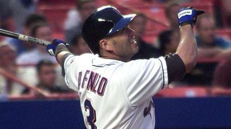 Mets shortstop Edgardo Alfonzo gets a base hit