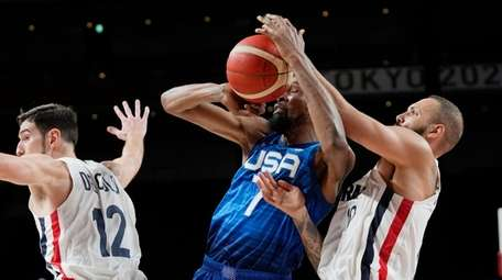 United States' forward Kevin Durant (7) and France's