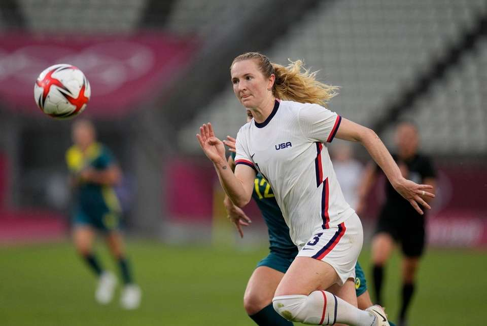 United States' Samantha Mewis goes for the ball