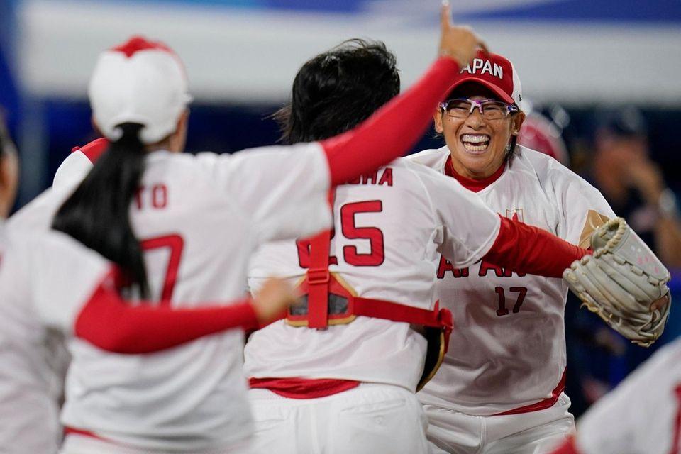 Japan's Yukiko Ueno , right, and teammates celebrate