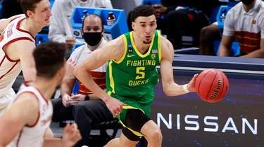 Oregon's Chris Duarte brings the ball up the