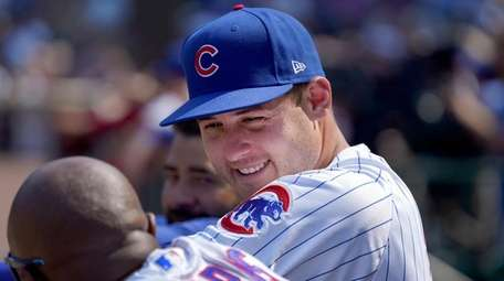 The Cubs' Anthony Rizzo, right, talks with third
