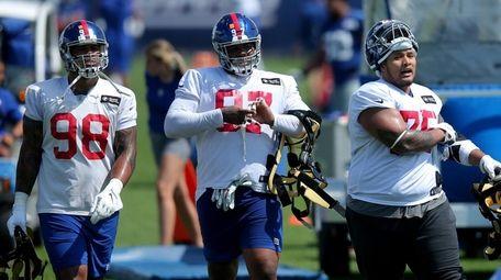 Giants defensive tackle Danny Shelton (75) talks to