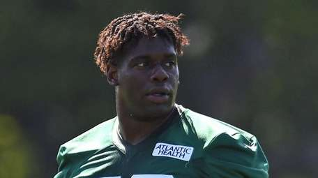 Carl Lawson #58 of the Jets gets ready