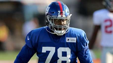 Giants tackle Andrew Thomas during practice drills on