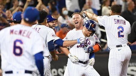 Mets players mob Brandon Drury after his game-winning