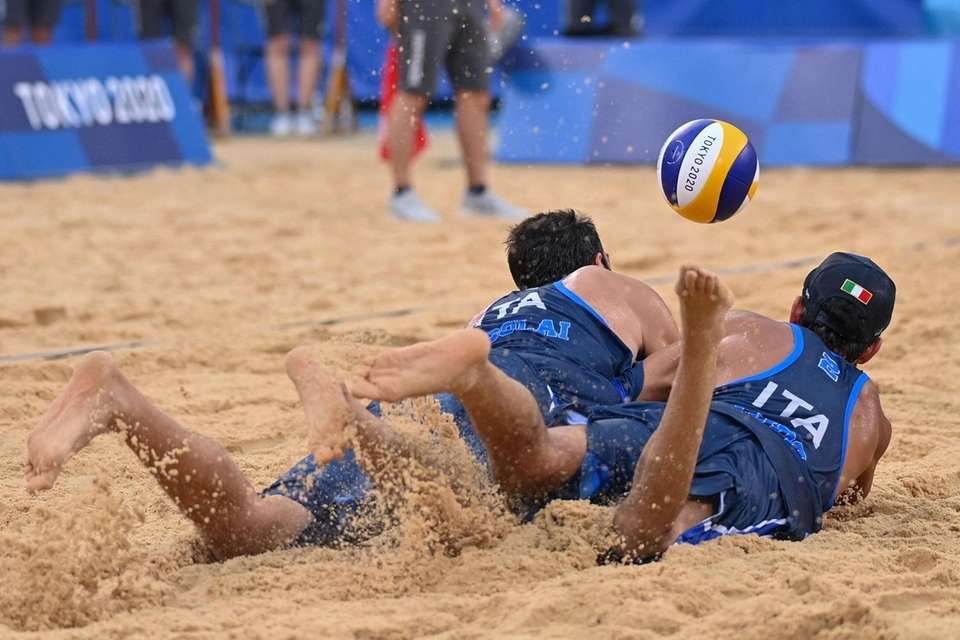 Italy's Paolo Nicolai (L) and Italy's Daniele Lupo