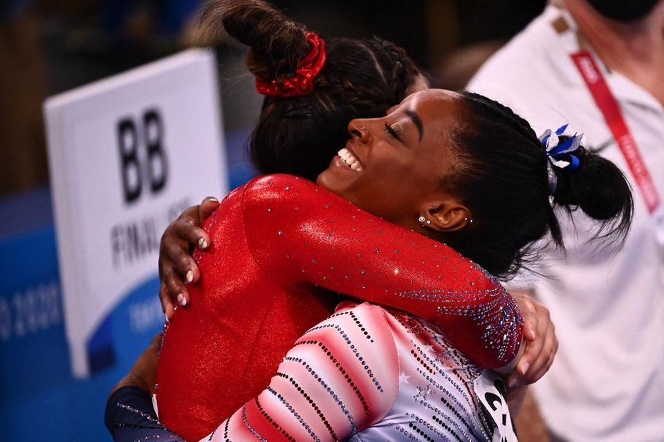 USA's Simone Biles (R) and USA's Sunisa Lee