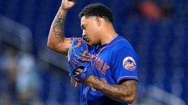 Mets starting pitcher Taijuan Walker takes off his