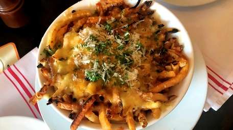 Fries Mansour with Gruyere cheese and au poivre
