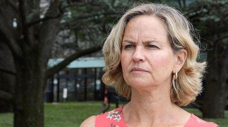 Nassau County Executive Laura Curran calls for Governor