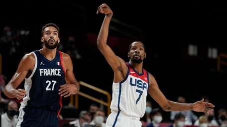 United States' Kevin Durant (7) and France's Rudy
