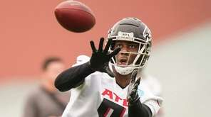 Atlanta Falcons tight end Kyle Pitts (8) runs